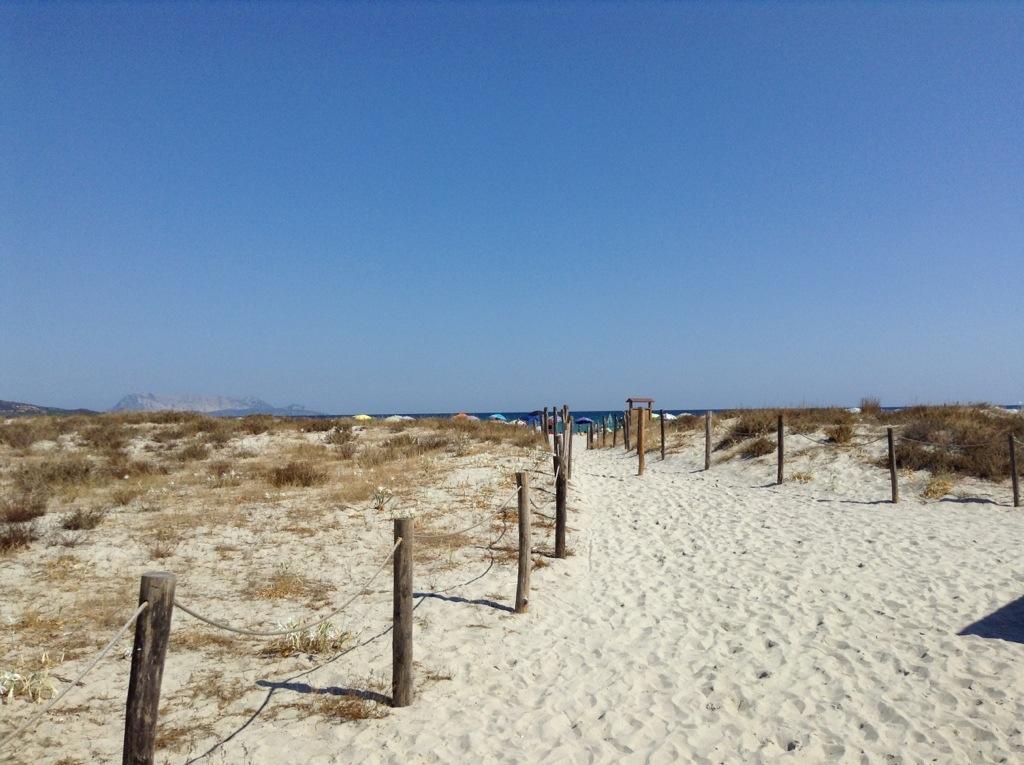accesso alla spiaggia di budoni, sardegna