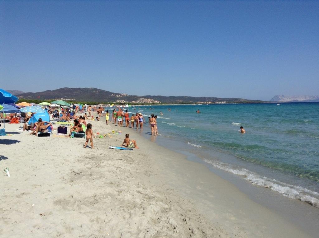 spiaggia affollata di budoni