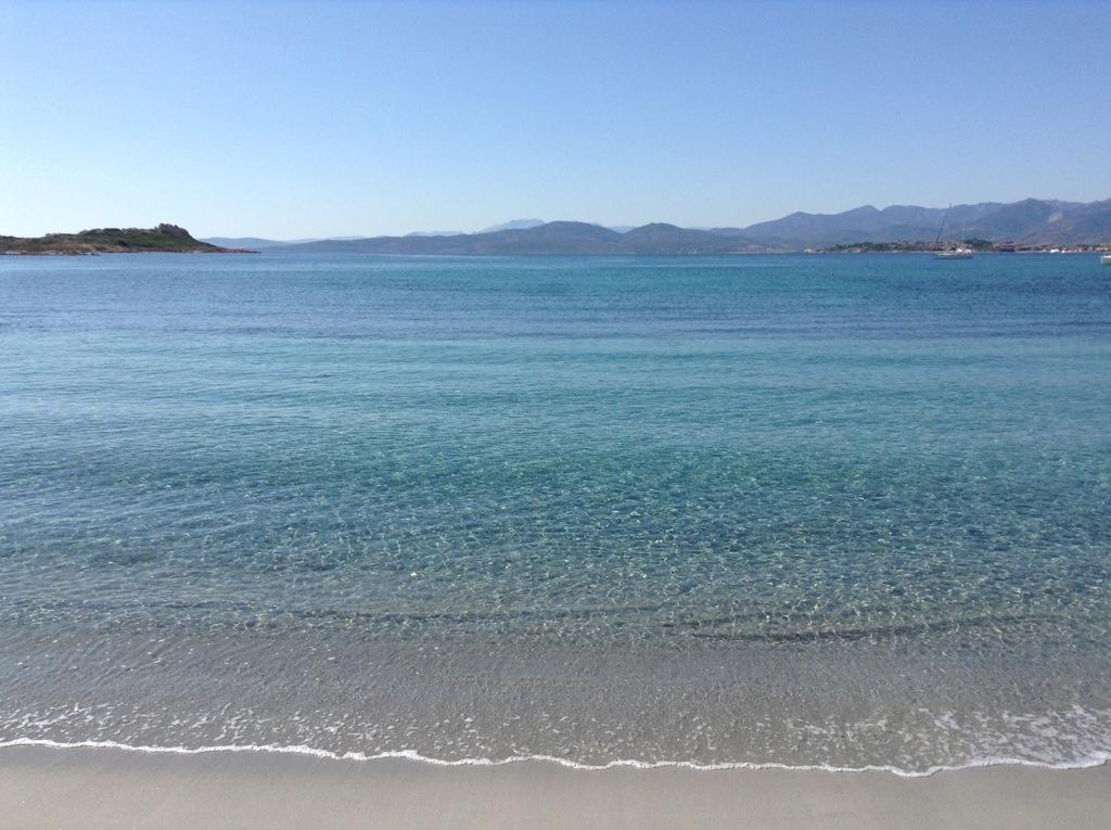 la spiaggia di baia salinedda in sardegna