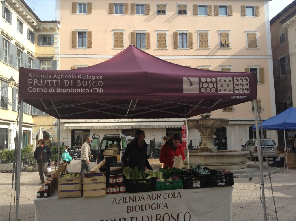 mercatino prodotti bio in piazza delle Erbe a Rovereto