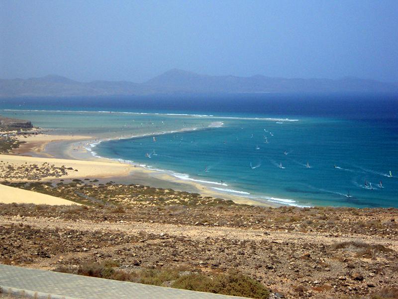 Surfisti a Fuerteventura sulle spiagge di Cofete