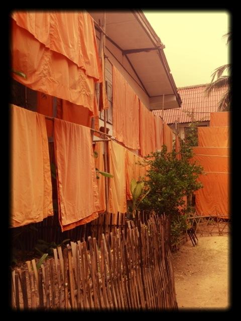 Abiti stesi dei monaci a Chiang Mai