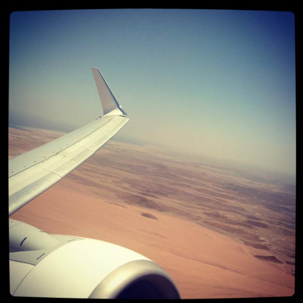 ala di aereo sul deserto