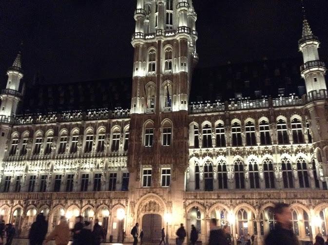 municipio bruxelles di notte