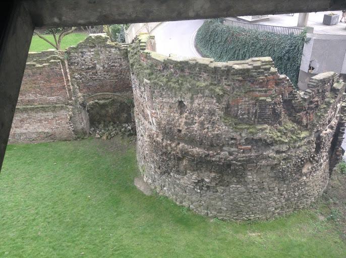 mura romane a londra
