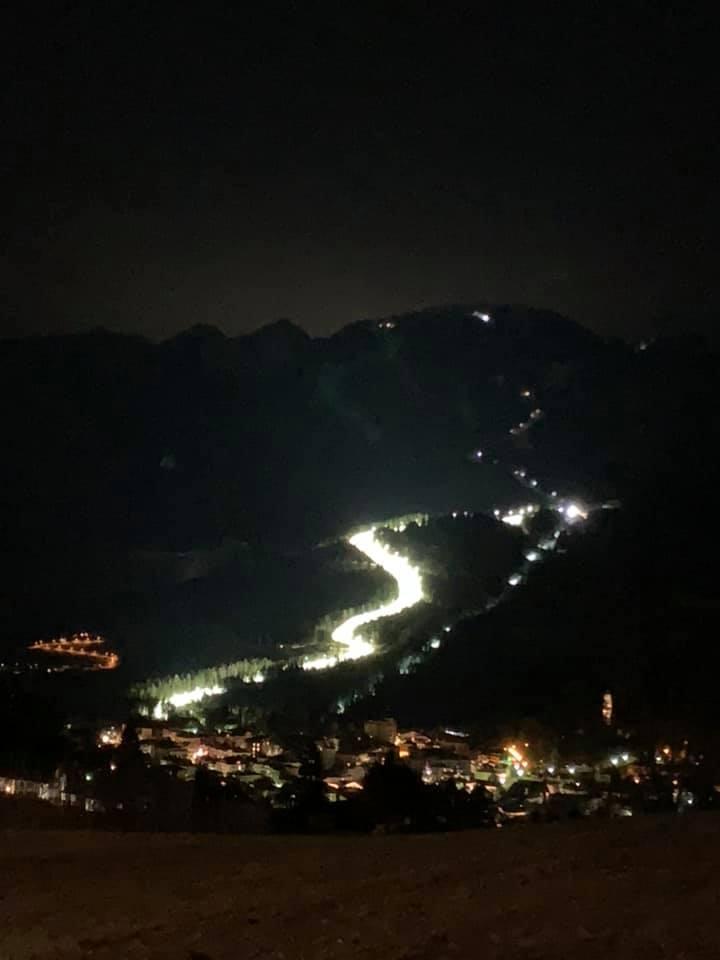 pista cermis illuminata di notte